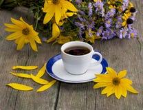 Boeket van wilde bloemen, koffie en gele bloemblaadjes Stock Afbeeldingen