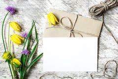 Boeket van wildflowers en lege witte groetkaart Stock Foto's