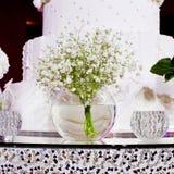 Boeket van witte bloemen in een glasvaas Royalty-vrije Stock Foto's