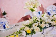Boeket van witte callas en rozen Stock Afbeeldingen