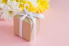 Boeket van witte en gele chrysanten op bleek - roze achtergrond Stock Fotografie