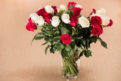 Boeket van witte en rode rozen stock fotografie