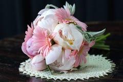 Boeket van witte pioenen en roze gerberas Stock Afbeelding