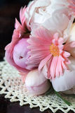 Boeket van witte pioenen en roze gerberas Royalty-vrije Stock Fotografie