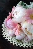 Boeket van witte pioenen en roze gerberas Stock Fotografie