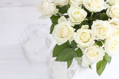 Boeket van witte rozen in een vaas stock afbeeldingen