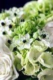Boeket van witte rozen met Ranunculus, viburnum, eucalyptus Royalty-vrije Stock Fotografie
