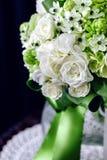 Boeket van witte rozen met Ranunculus, viburnum, eucalyptus Royalty-vrije Stock Foto's