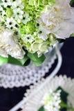 Boeket van witte rozen met Ranunculus, viburnum, eucalyptus Stock Foto