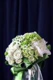 Boeket van witte rozen met Ranunculus, viburnum, eucalyptus Stock Afbeelding