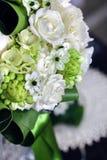 Boeket van witte rozen met Ranunculus, viburnum, eucalyptus Royalty-vrije Stock Afbeelding