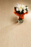Boeket van witte rozen op de vloer stock foto