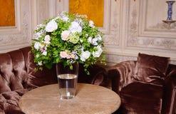 Boeket van witte rozen op marmeren lijst Royalty-vrije Stock Foto's