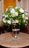 Boeket van witte rozen op marmeren lijst Stock Afbeelding