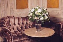 Boeket van witte rozen op marmeren lijst Stock Fotografie