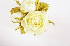 Boeket van witte rozen Witte achtergrond Vlak leg, hoogste mening exemplaar Stock Afbeelding
