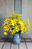 Boeket van zonnebloemen en wilde bloemen op houten lijst Stock Foto