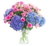 Boeket verse roze rozen en blauwe hortensiabloemen royalty-vrije stock foto
