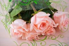 Boeket vijf roze rozenachtergrond Royalty-vrije Stock Foto's