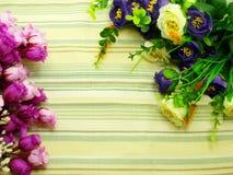 Boeketbloemen met groene strepenachtergrond Stock Foto