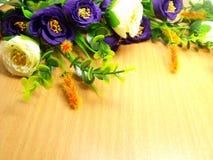Boeketbloemen met Houten Achtergrond Royalty-vrije Stock Afbeelding