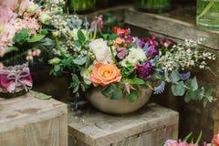 Boeketten van rozen bloemblaadjes en andere flovers Stock Foto