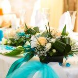 Boeketten van rozen en turkoois lint Stock Foto