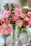 Boeketten van rozen op een feestelijke huwelijkslijst Stock Afbeeldingen