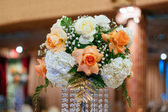 Boeketten van rozen op een feestelijke huwelijkslijst in het restaurant Stock Foto's