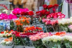 Boeketten van verschillende verscheidenheden van rozen bij een straatmarkt Verkopende kleurrijke bloemen Stock Foto