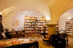 Boekhandel met boekenrekken en uitstekende boeken Stock Foto's