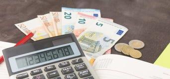 Boekhouding en bedrijfseconomiebankbiljetten, calculator en Euro bankbiljetten op houten achtergrond Belasting, debet en kostprij Stock Fotografie