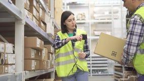 Boekhouding van goederen in het pakhuis met streepjescodescanner stock footage