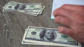 Boekhouding, verspreiding van fondsen, rapportkosten, distributie en verslag in een notitieboekje van verduistering stock videobeelden