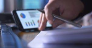 Boekhoudingsberoep die aan belastingaangiftevormen bij bureau op calculator werken stock video