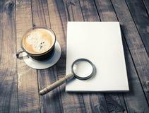 Boekje, meer magnifier, koffiekop Royalty-vrije Stock Foto