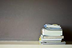 Boekstapel op een plank met schaduwverlichting Stock Fotografie