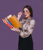 Boekt de donkerbruine leraar van het vrouwenmeisje in glazen verrast geopend hij Royalty-vrije Stock Foto