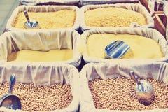 Boekweit, deegwaren, graangewassen, lepel in containers bij de opslag Stock Fotografie