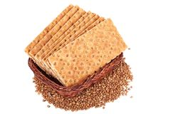 Boekweit kernachtig brood in de mand Geïsoleerd op een witte backgro Stock Afbeeldingen