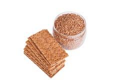 Boekweit kernachtig brood in de mand Geïsoleerd op een witte backgro Stock Foto