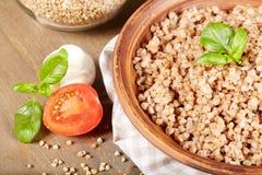 Boekweithavermoutpap in een kleiplaat, vegetarisch voedsel Royalty-vrije Stock Foto