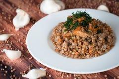 Boekweithavermoutpap met groenten en vlees Stock Foto