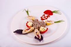 Boekweithavermoutpap met plakken van kippenbroodje en groenten Stock Afbeelding