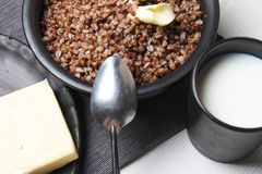 Boekweithavermoutpap op de lijst Gekookt boekweit Het ontbijt is Royalty-vrije Stock Fotografie