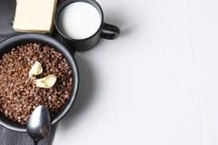 Boekweithavermoutpap op de lijst Gekookt boekweit Het ontbijt is Stock Afbeelding