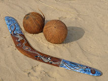 Boemerang en kokosnoten. Stock Afbeelding