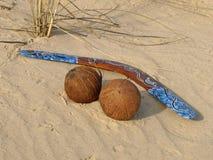 Boemerang en kokosnoten. Stock Foto's