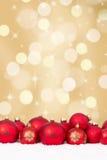 Bożenarodzeniowa czerwona piłki dekoracja z złotym tłem Zdjęcia Royalty Free