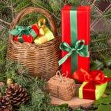Bożenarodzeniowa dekoracja z jedlinowymi gałąź, jemiołą, drewnianymi ciastkami i prezentami, Fotografia Royalty Free